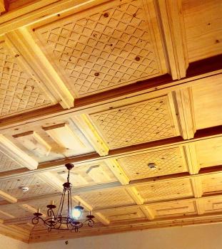 Отделка потолка кедром